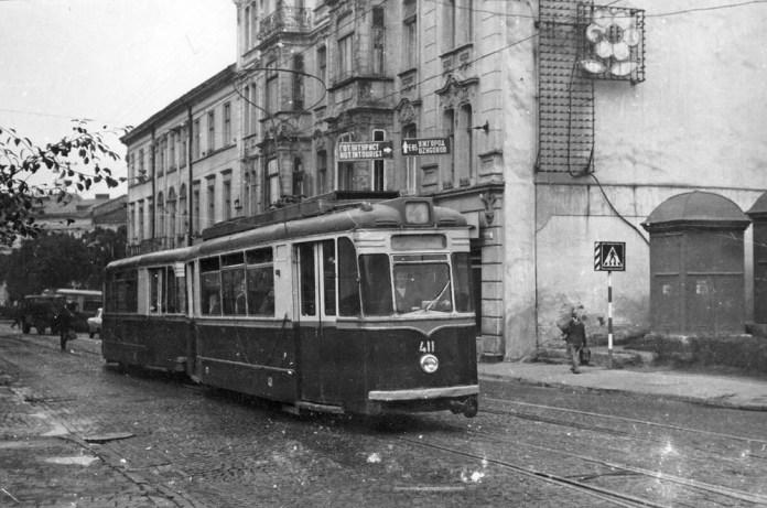 Поїзд із трамвайних вагонів «Gotha T57» та «Gotha В57» №№ 411+511 на вулиці Радянській (нині В. Виниченка). Характерною рисою моделі була наявність невеликих холдингів над лобовим склом. Фото кінця 1960-х років