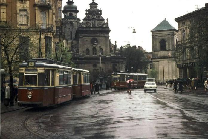 Поїзд із вагонів «Gotha T57» та «Gotha В57» №№ 487 + 587, який був переданий до Львова із Сімферополя. У вагонів збереглися двері по лівій стороні кузова. Фото 1970-х років