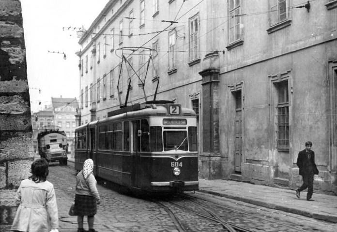 Зічленований трамвайний вагон «Gotha G4-61» № 604+704 на вулиці Руській. Початок 1970-х років, за трамваєм видно аварійний спецавтомобіль ЛТТУ