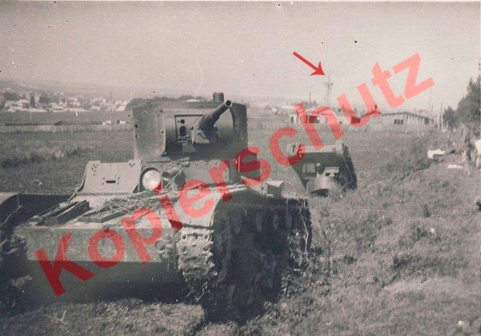 Рівне. Підбиті радянські танки на узбіччі теперішньої вул. Київської. Орієнтир – парашутна вежа в парку, яку добре видно