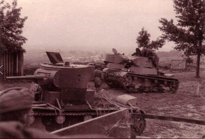 Рівне. Попалені радянські танки на сучасній Київській, там, де нині приміщення Укрексимбанку
