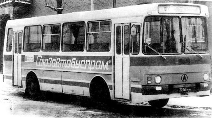 Прототип приміського автобуса на базі ЛАЗ-4202 із вузькими двостулковими дверима