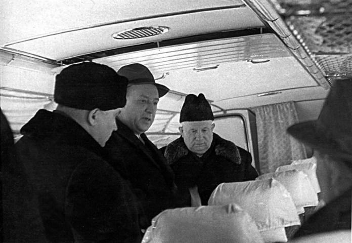Туристичний автобус ЛАЗ-699 оглядає радянський лідер Микита Хрущов.