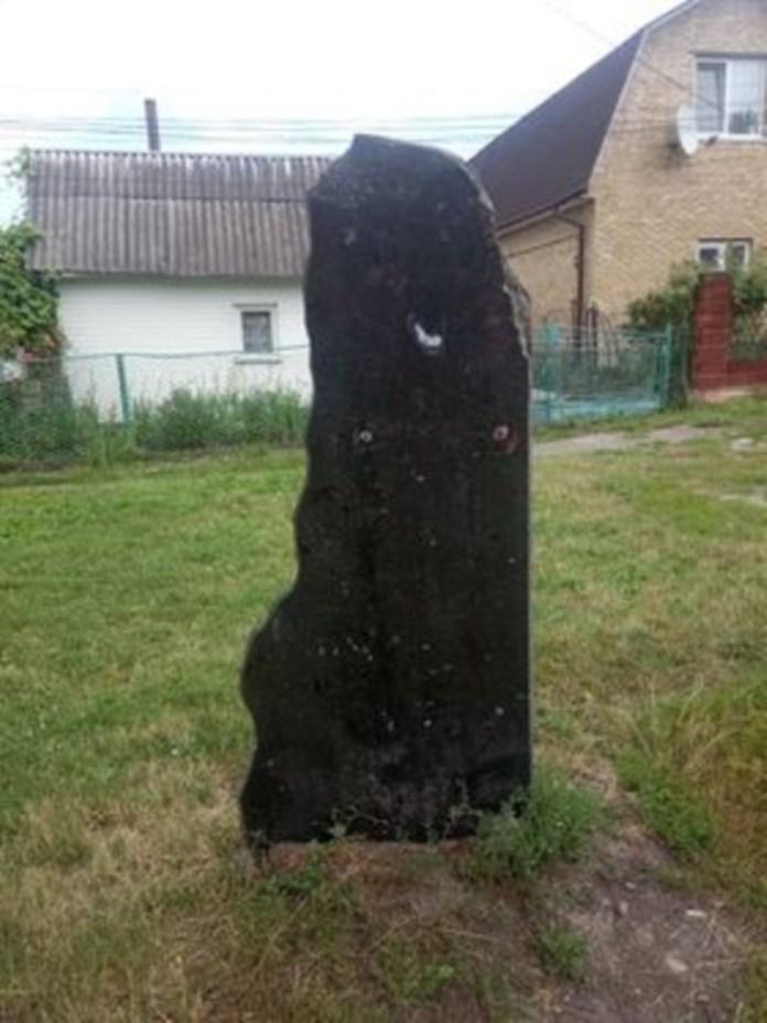 Спаплюжений пам'ятний камінь на вулиці Штейнгеля в Рівному. Його було встановлено в 1993 році. Фото Віталія Лисачека