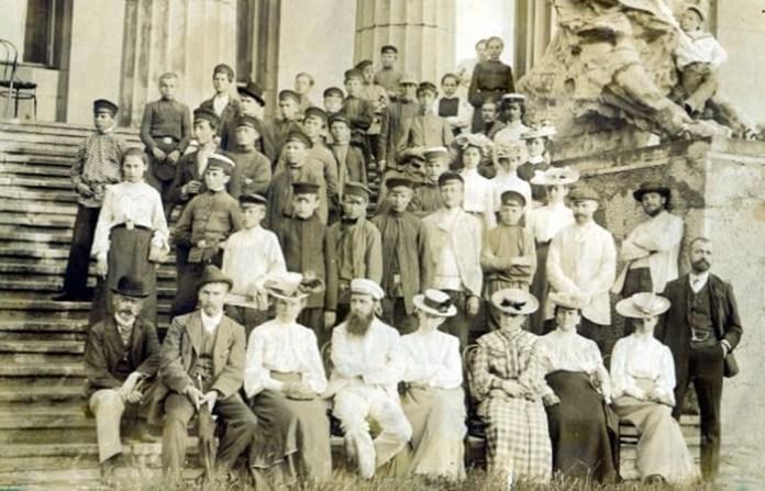 Учні і вчителі Городоцького училища на екскурсії біля музею Ханенків у Києві. У центрі нижнього ряду – Федір Штейнгель