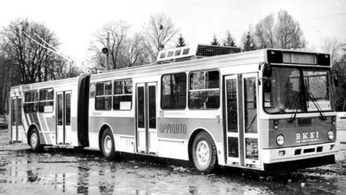 Зічленований двосекційний тролейбус-прототип ЗіУ-6201 під час випробовувань у Львові. 1990 р.