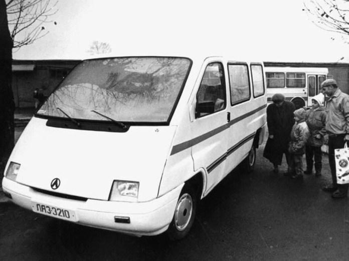 Презентація мікроавтобуса ЛАЗ-3210 під час виставки продукції ЛАЗу. Позаду – автобус ЛАЗ-52523. 1994 р.