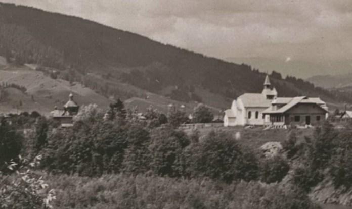 Збільшений фрагмент світлини, на якому видно церкву і костел.