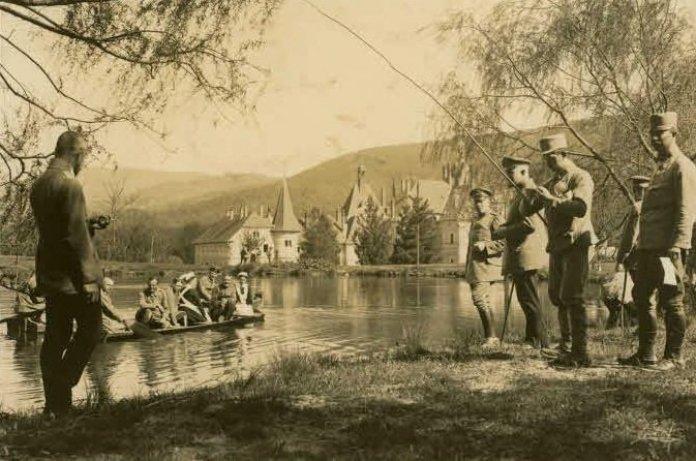 Австро-угорські вояки відпочивають біля озера (1914-1915 р.р.). Джерело: Хроніки Любарта