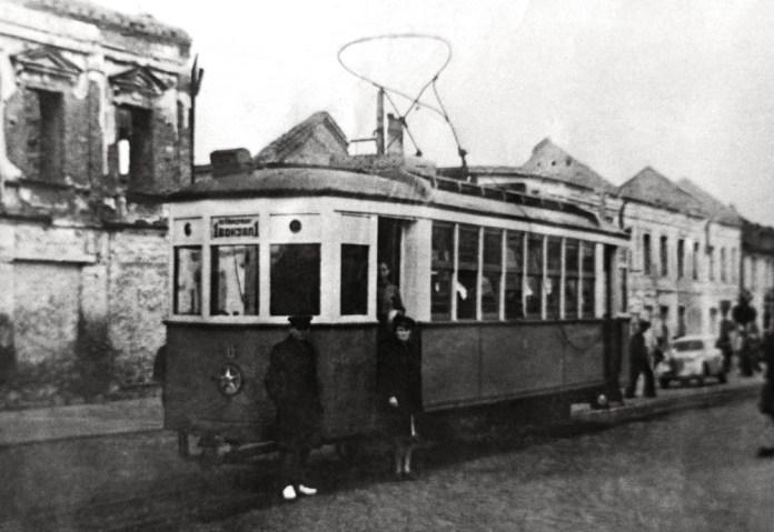 Київський трамвай 2М, переобладнаний під вузьку колію 1000 мм. і переданий до Житомира. 1947 р. Фото із колекції Тараса Коротуна