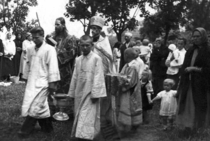 Під час одного зі свят, юний служка Ростислав Бабич (перший праворуч у другому ряду)