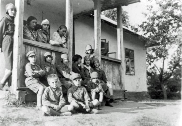 Ірена Яросевич – учасниця «Пласту» (друга праворуч в другому ряду)