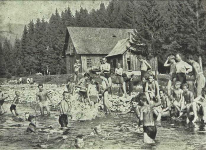 Табір для шкільної молоді. Відпочинок на річці.