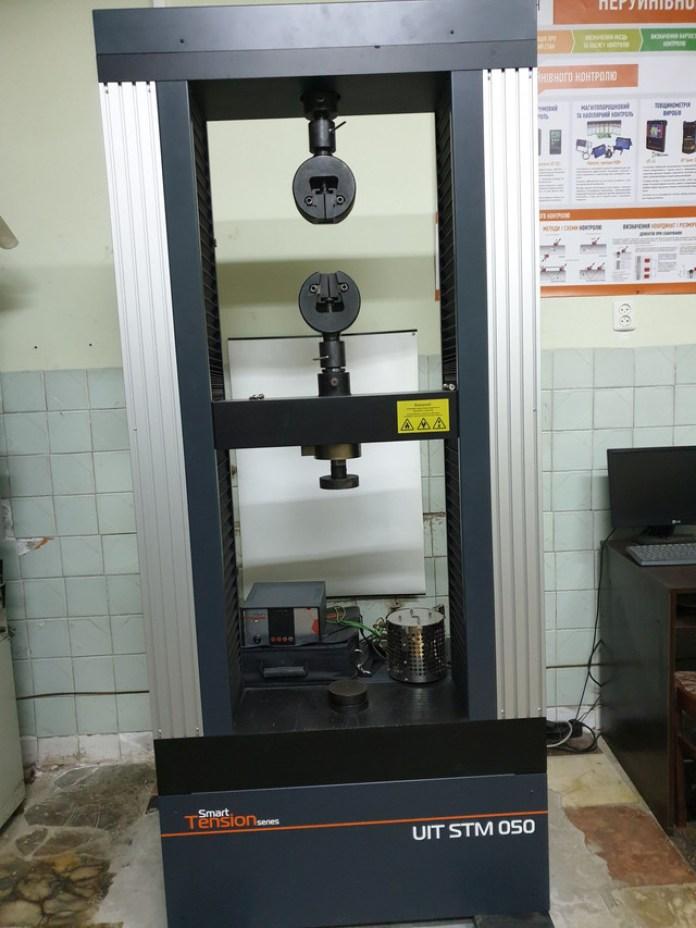 Машина для вимірювання міцності на розрив. Може дослідити як стодоларову купюру, так і гартовану сталь
