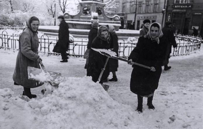 Сучасний проспект Свободи прибирають від снігу у Львові в грудні 1960 року. Світлив Юліан Дорош
