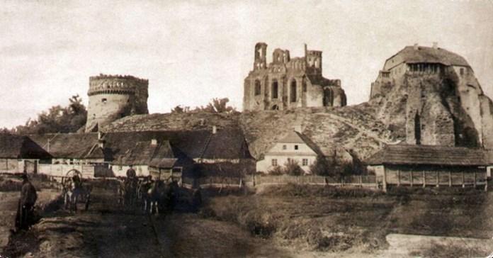 На Замковій горі видно собор Богоявлення ще до відбудови