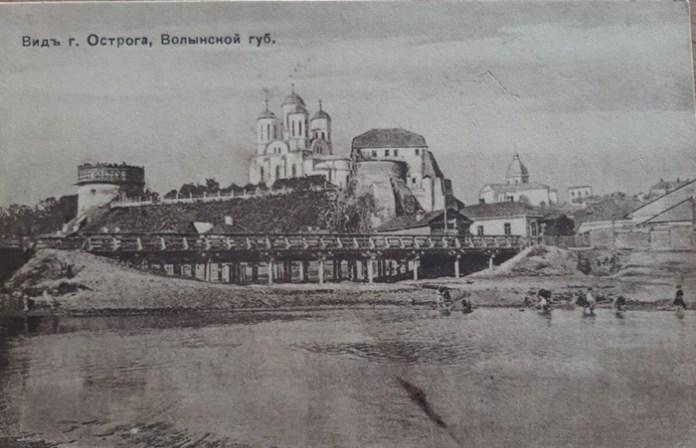 Листівка. Вид на Замкову гору з відбудованою церквою. Початок ХХ ст. З фондів Державної наукової архітектурно-будівельної бібліотеки (ДНАББ)