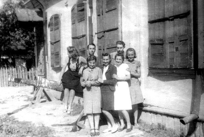 Рівне, вул. Короленка, музей. Працівники музею. Крайня справа Л.Дзівак, 1943 р.