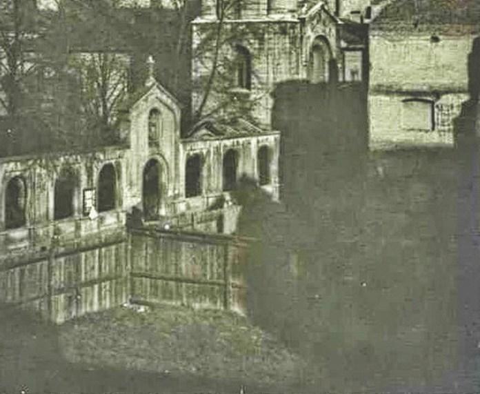 Вид на Вірменську церкву і частково на огороджений парканом пустир. 1925 рік. Автор Адам Ленкевич (фрагмент фото)