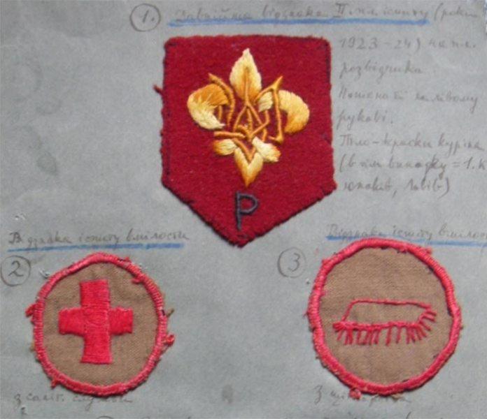 """Відзнака пластуна-розвідувача у 1923-1924 роках та іспити вмілостей. Саме в той час С.Бандера здавав другу пластову пробу, щоб отримати відзнаку за літерю """"Р"""" (розвідувач) на лівий рукав свого пластового однострою. Також він здобув і відзнаку """"Санітарна служба"""" (на фото зліва)"""