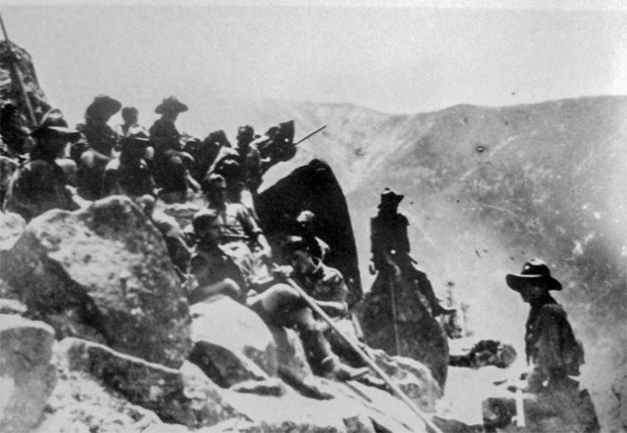 """Тритижнева мандрівка Загону """"Червона Калина"""" в Ґорґанах, серпень 1929 року (можливо верх гори Сивуля). Степан Бандера сидить в центрі, заклавши праву ногу на ліве коліно"""