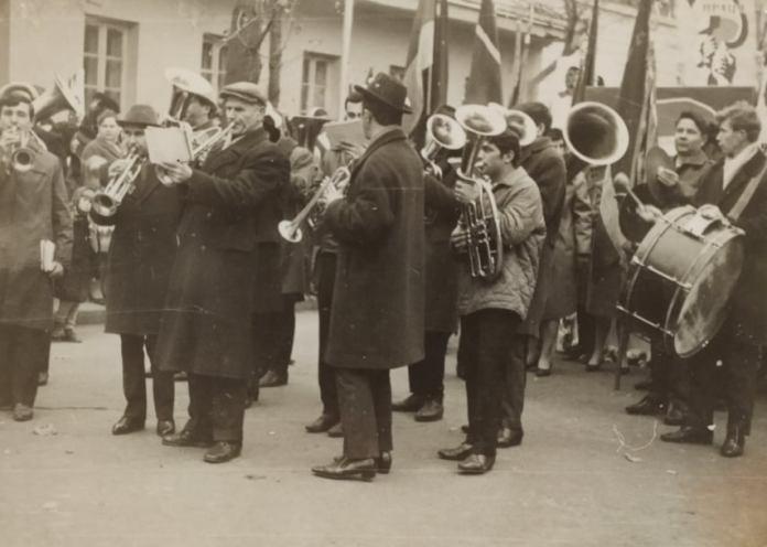 Рівне. Павло Козак з оркестром льонокомбінату під час листопадової демонстрації