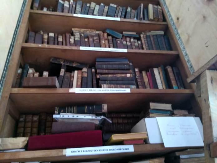 Шафа у фондосховищі Рівненського музею ущент заповнена книгами з бібліотеки Любомирських