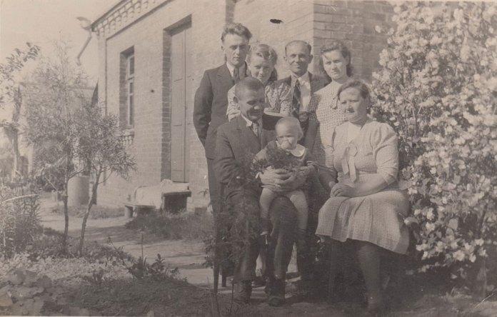 Онуфрій і Ольга Мацузьку з доньками і зятями, Рівне, 1944 р.