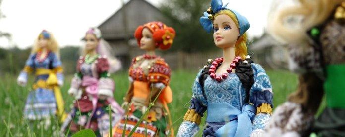 Прикарпатка Оксана Василів українізує ляльки Барбі. Фото: Суспільне Карпати