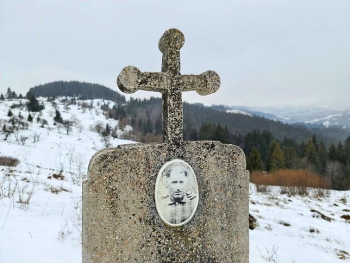 Поруч Бряник Михайло Михайлович. 1908-1974 Прізвище і конструкція надгробків одинакові. Але поховані вони не разом.