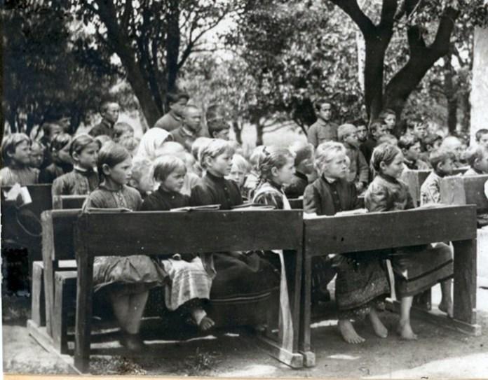 Учні української школи у Володимирі-Волинському, 1916 р.
