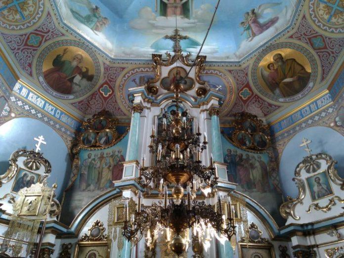 Усередині церкви