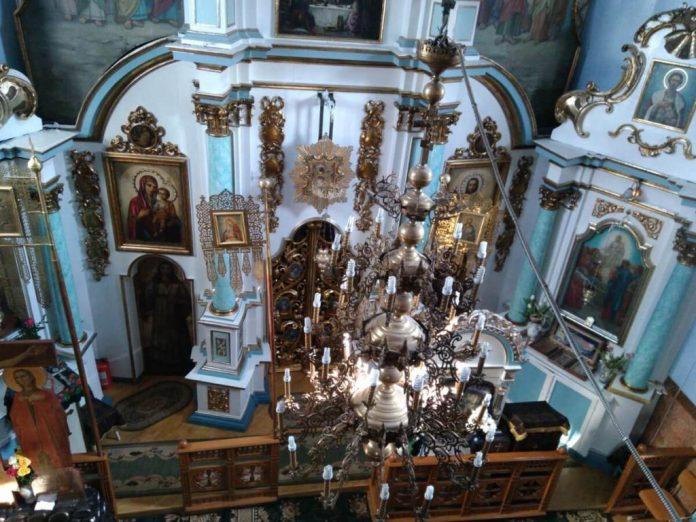 Вид на іконостас із церковних хорів