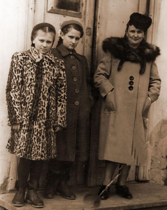 С.Квашенко з доньками, на порозі дому на вул. Пушкіна, 1955 р.