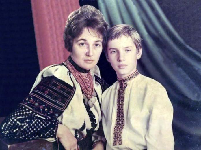Олена Антонів з сином Тарасом Чорноволом. 1975 р.
