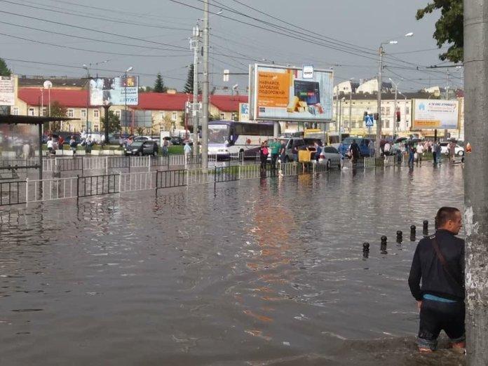 От через такі звуження площу Привокзальну і затоплює! Воді просто немає куди діватися...(c) Гордон