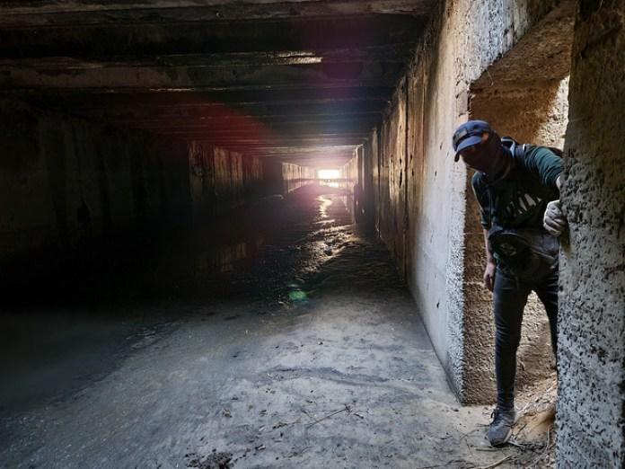 Наш головний вихід і Тарас у ньому. Світло в кінці тунелю це вихід на очисні споруди Львова