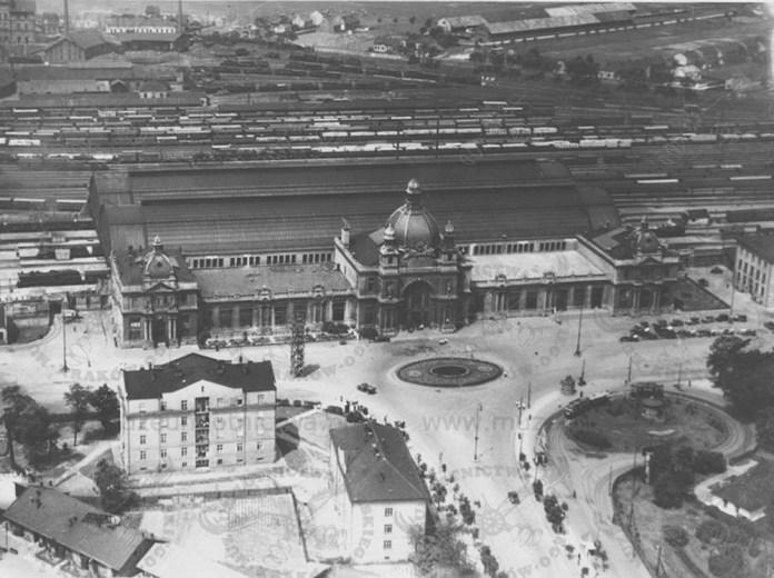 Головний залізничний вокзал Львова, збудований за проектом В. Садловського та товарна станція. Вигляд з висоти пташиного польоту. Фото 1910-х років.