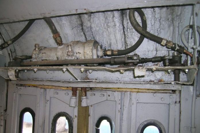 Пневмопривід ширмових дверей музейного тролейбуса МТБ-82Д. Сучасне фото