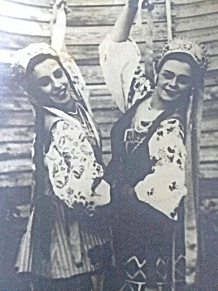 Дві україночки. Ліворуч Алла Логошовець