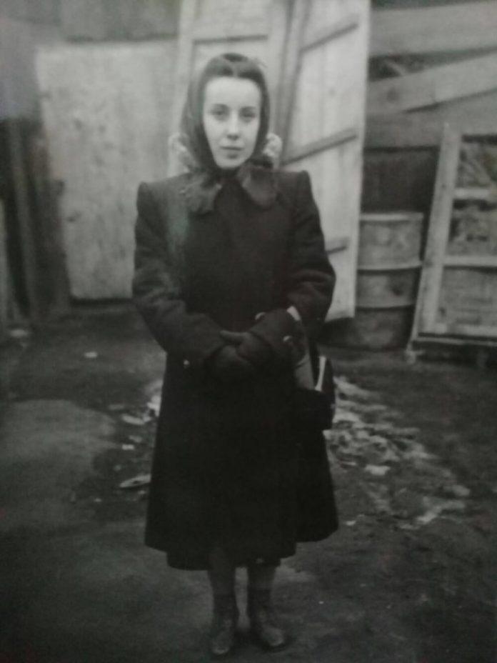 Алла Логошовець біля старого театру на Поштовій, кінець 1940-х