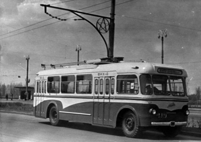 Тролейбус-прототип 2Ту, удосконалений варіант тролейбуса 2Т. Під № 419 експлуатувався у Києві. На основі конструкції цієї машини розроблено серійну модель КТБ-1 («Київ-2»). 1960 р. Фото із архіву Київського музею історії транспорту