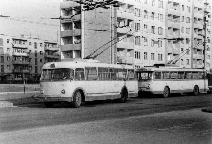 Тролейбуси «Київ – 4» у Львові експлуатувалися до кінця 1970-х років. На цьому фото тролейбус «Київ – 4» № 160 і тролейбус «Skoda 9Tr» № 188 на вулиці Тролейбусній. 23 березня 1977 року. Автор фото Ааре Оландер