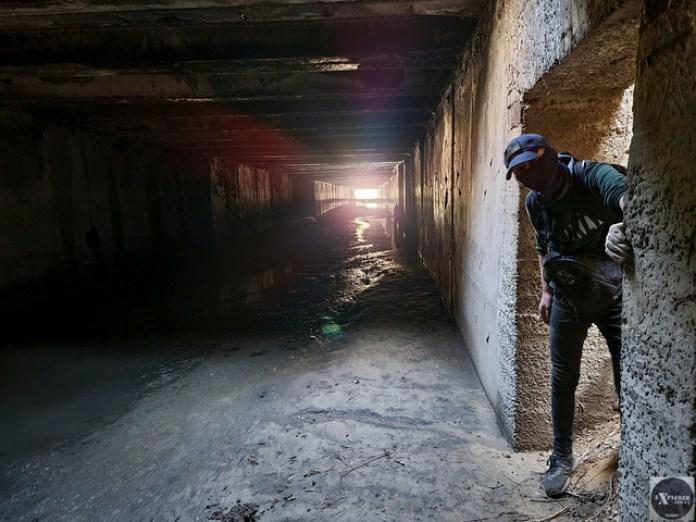 Там в кінці тунелю вже видно вихід на очисні споруди. А також Тараса фотомодель 🙂