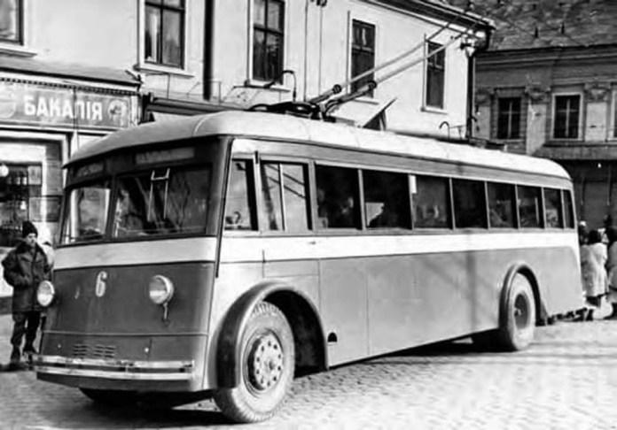 Остання передвоєнна серійна модель тролейбуса Ярославльського автозаводу – ЯТБ-4 у Чернівцях. Фото 1941 року.