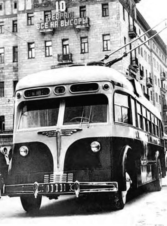Перша модифікація тролейбуса виробництва Тушинського машинобудівного заводу № 82 – МТБ-82А у Москві. Фото 1946 року
