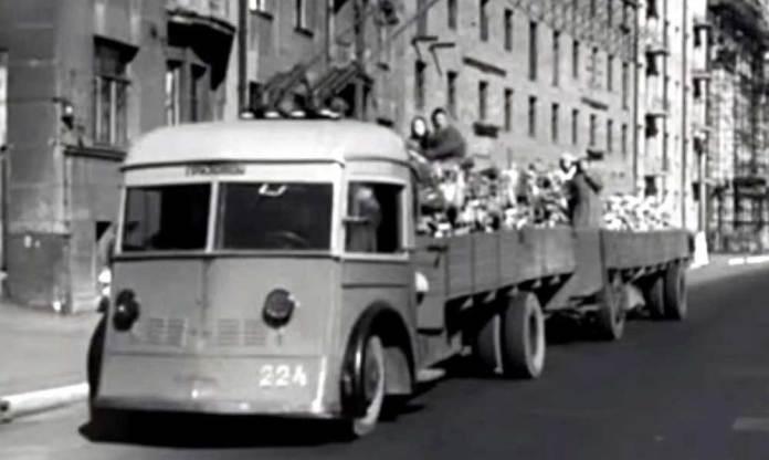 Вантажний тролейбус на базі ЯТБ-1 перевозить дрова у Москві. 1942 р. Кадр із кінохроніки