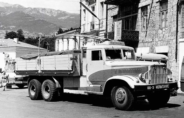 Дизель-тролейвоз ДТУ-10 на базі вантажного автомобіля КрАЗ-219. Крим, 1962 р.