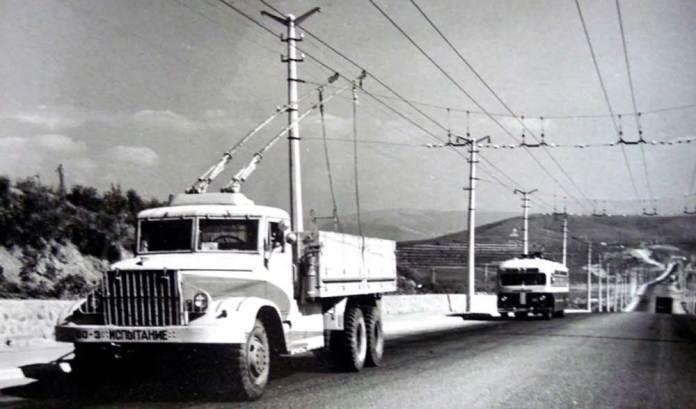 Дизель-тролейвох ДТУ-10 під час випробувань на міжміській трасі Сімферополь-Ялта. За ним – тролейбус МТБ-82Д. 1962 р.