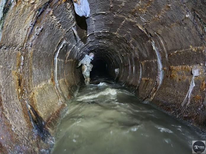 Вид за течією в сторону вул. Тунельна. Буруни на воді свідчать про нерівності на дні